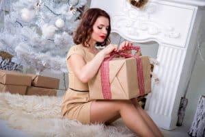 אישה מחזיקה מתנה